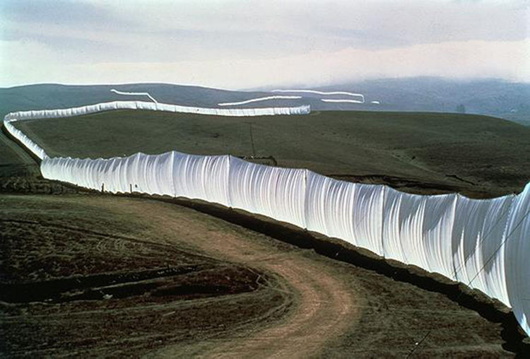 christo_jeanne_running_fence_postcard_1
