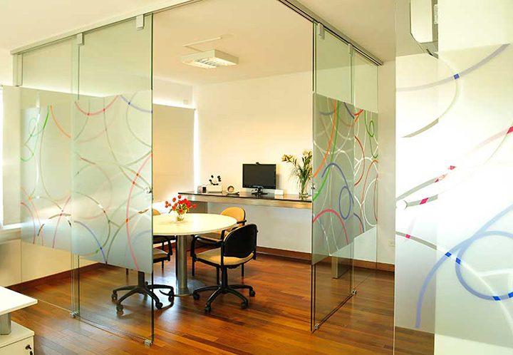 División para oficina temporaria con sistemas de herrajes deslizantes Hawa Sliding Solutions