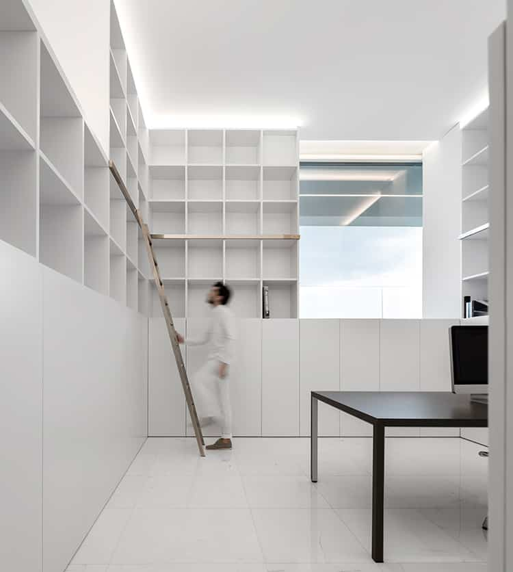 fran-silvestre-arquitectos_-house-between-the-pine-forest_-26