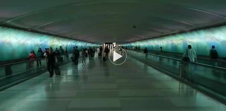 El colorido túnel del aeropuerto de Detroit